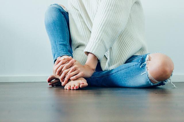 žena v džínech